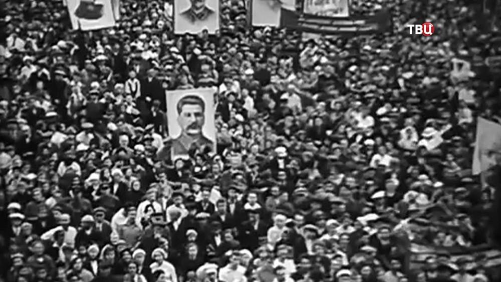 Плакаты Сталина на митинге
