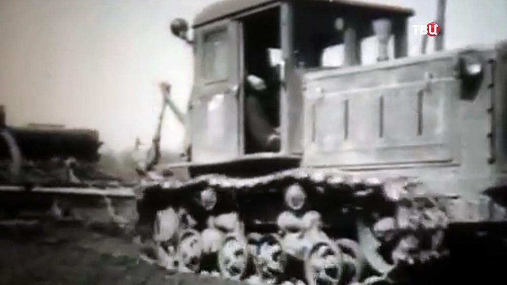 Колхозный трактор пашет