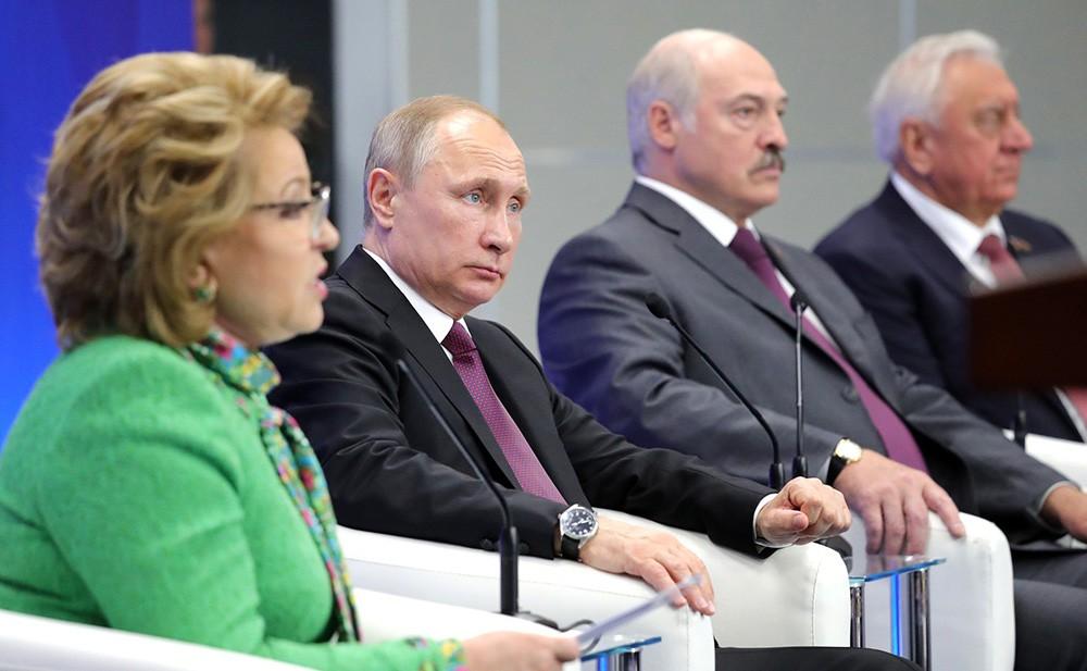 Председатель Совета Федерации Валентина Матвиенко, президент России Владимир Путин и президент Белоруссии Александр Лукашенко