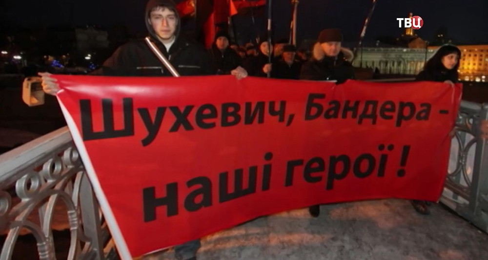 Митингующие с плакатом. Украина