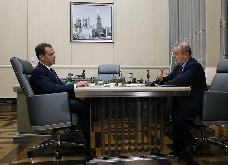 Председатель правительства России Дмитрий Медведев и председатель ФСС Андрей Кигим