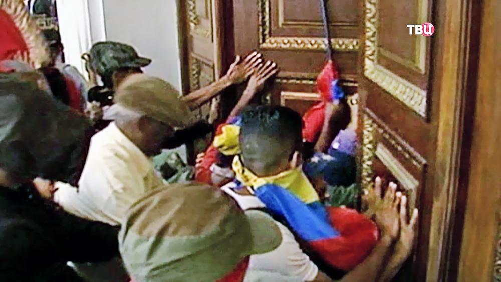 Митингующие ворвались в парламент Венесуэлы