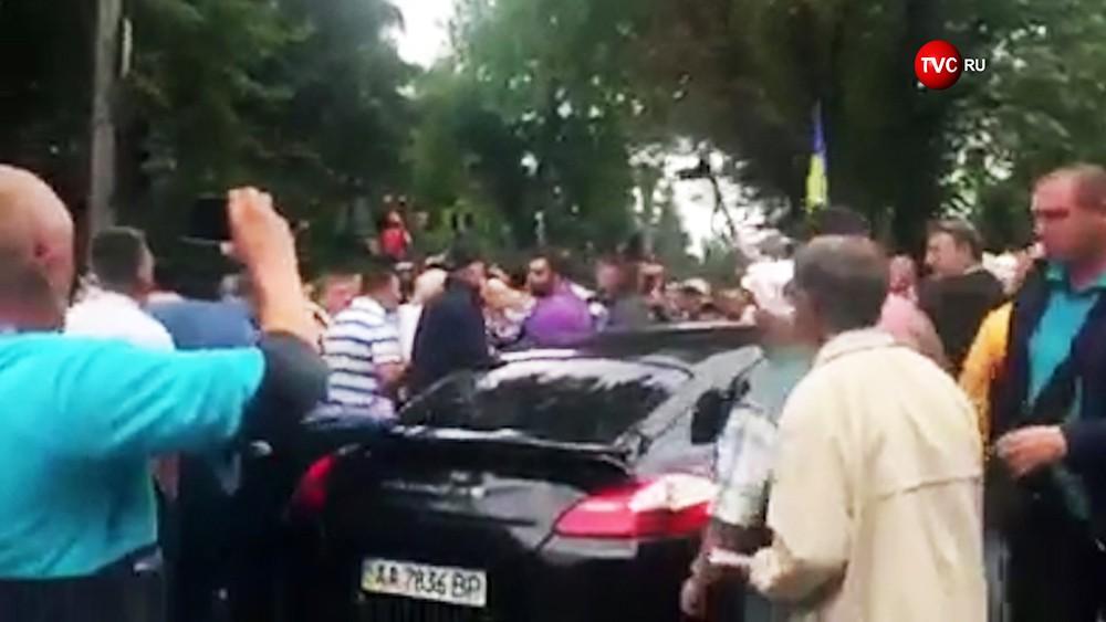 Водитель Porsche въехавшего в толпу митингующих у здания правительства Украинца в Киеве