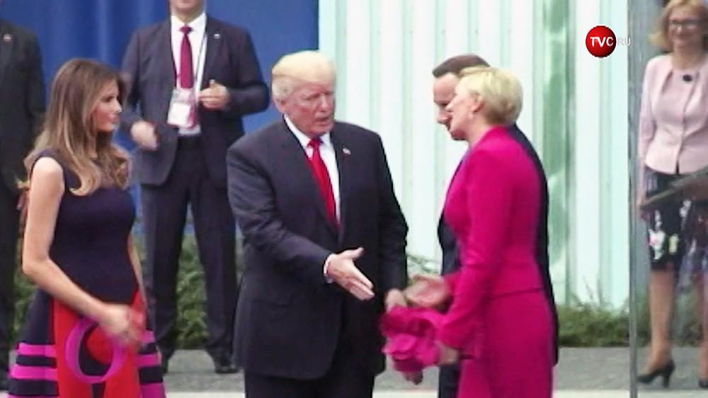 Дональд Трамп патается пожать руку супруге президента Польши Анджея Дуды
