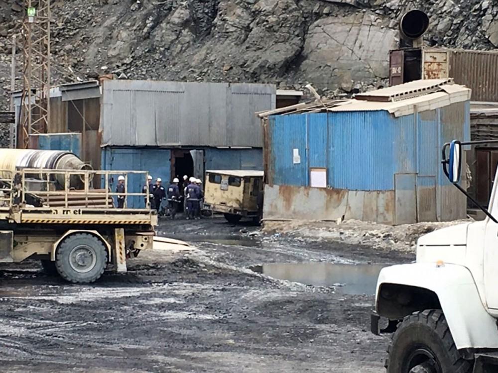 Спасатели МЧС у входа в шахту