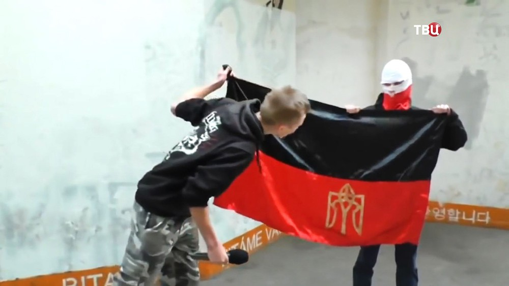 Польские радикалы плюют на флаг УПА