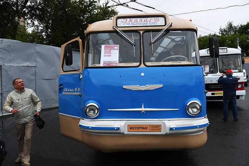 Автобус Икарус-55 во время подготовки к параду ретротехники