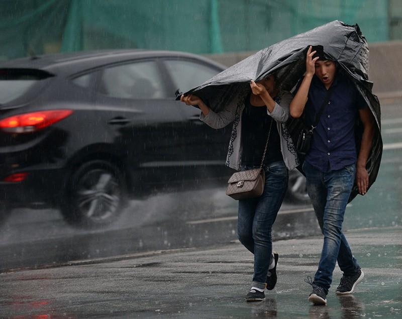 Прохожие во время дождя