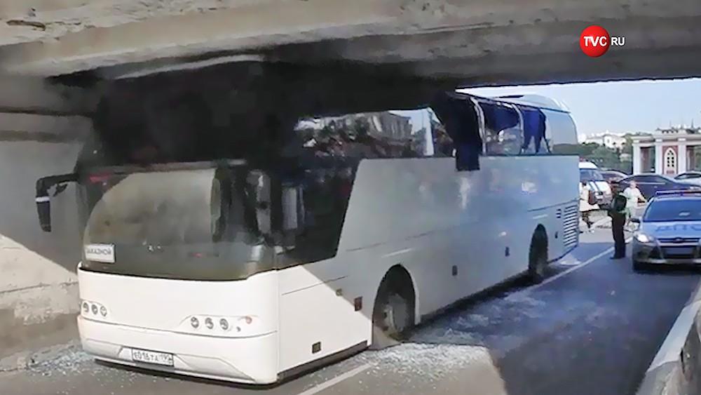 Автобус врезался в эстакаду