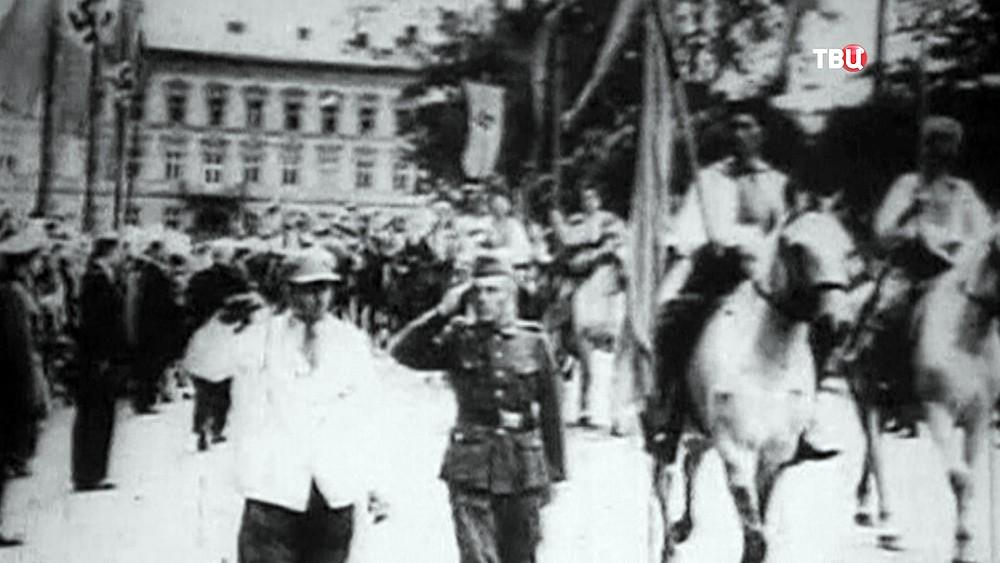 Предствители УПА маршеруют вместе с солдатами вермахта