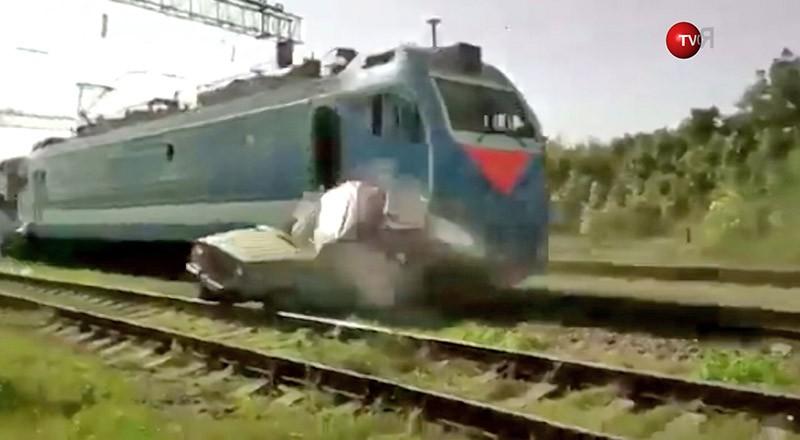 Пассажирский поезд протаранил застрявший на рельсах УАЗик