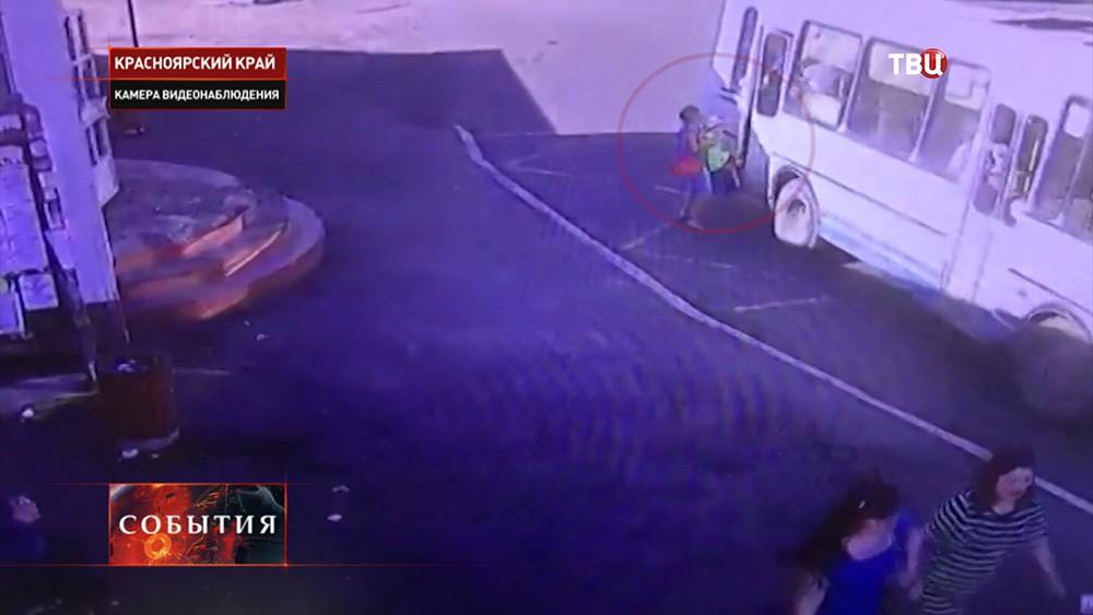 Автобус несколько метров протащил ребенка с зажатой дверьми ногой