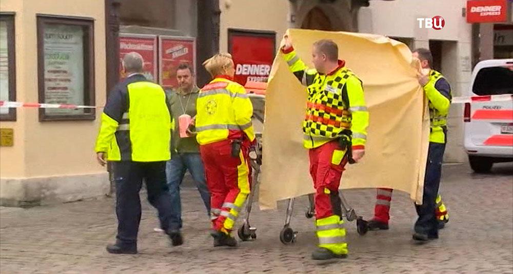 Сотрудники скорой помощи на месте происшествия в Швейцарии