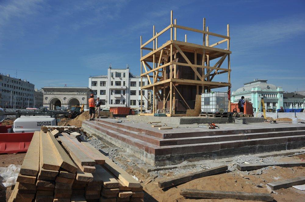 Работы по установке постамента для памятника М.Горькому на площади Тверская застава
