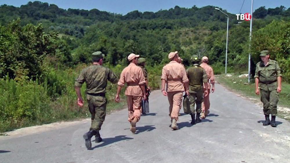 Военные специалисты работают на месте взрыва на военном складе в Абхазии