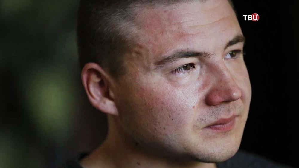 Деннис Флинн, подвергшийся насилию, со стороны приёмных родителей из США