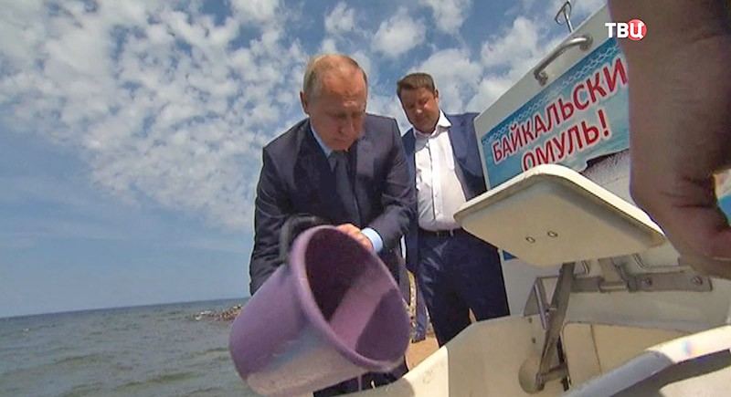 Владимир Путин выпускает мальков омуля в Байкал