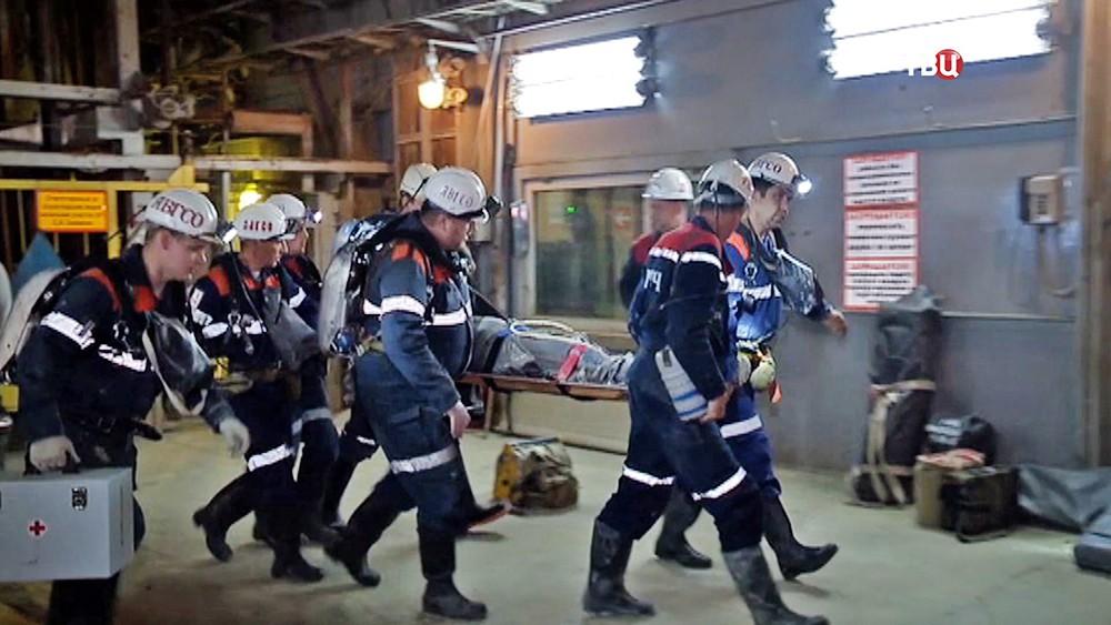Спасатели МЧС эвакуируют пострадавшего шахтера