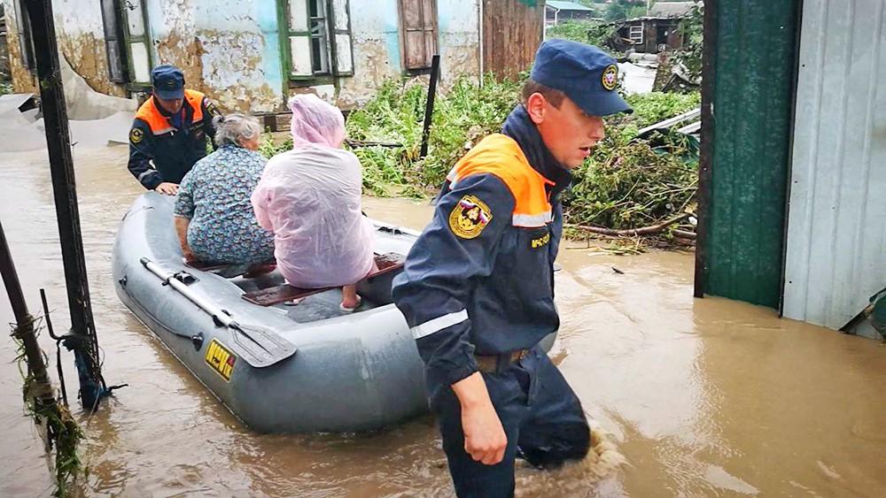 Спасатели МЧС эвакуируют жителей из зоны паводка