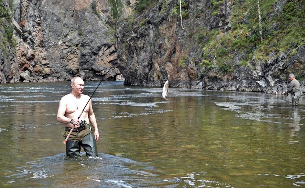 Владимир Путин рыбачит в Республике Тыва