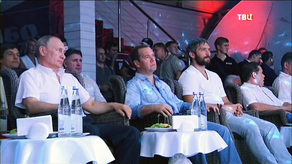 Путин иМедведев смотрят затурниром побоевому самбо вСочи