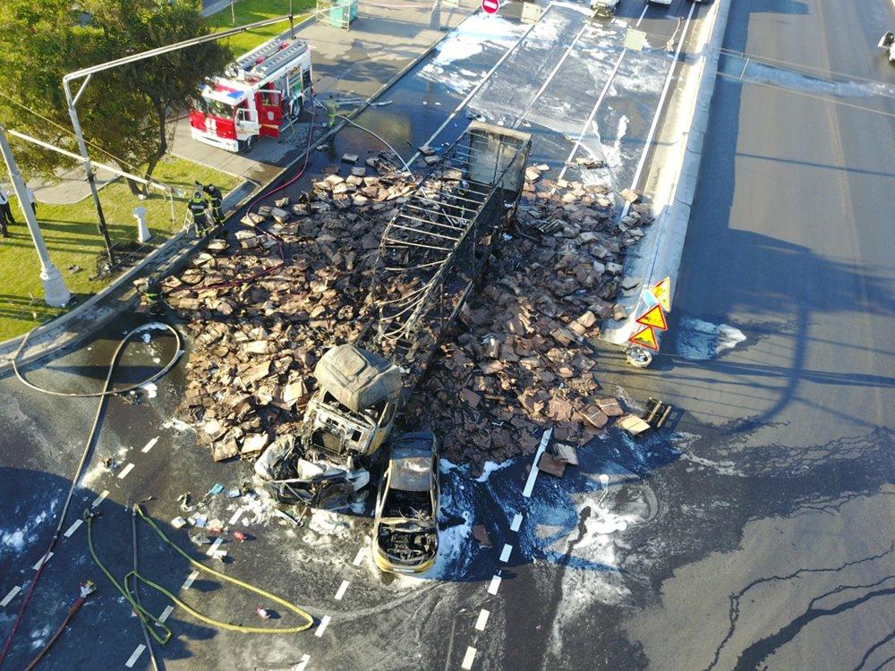 Последствия ДТП с участием двух легковых автомобилей и фуры на Варшавском шоссе