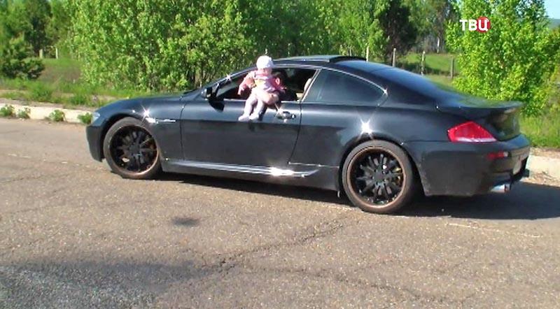 Блоггер свесил ребенка из окна автомобиля