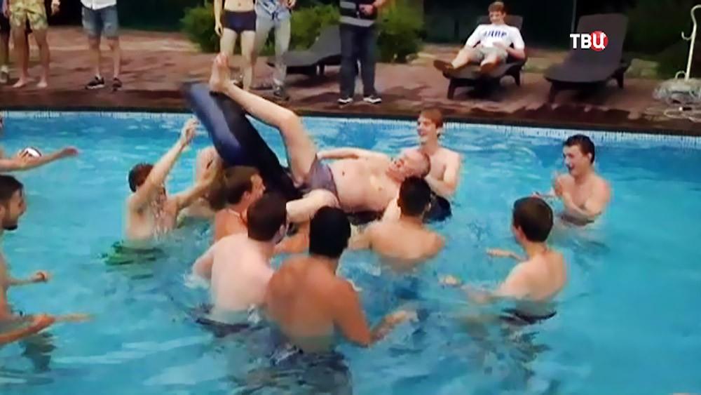 Владимир Жириновский в бассейне
