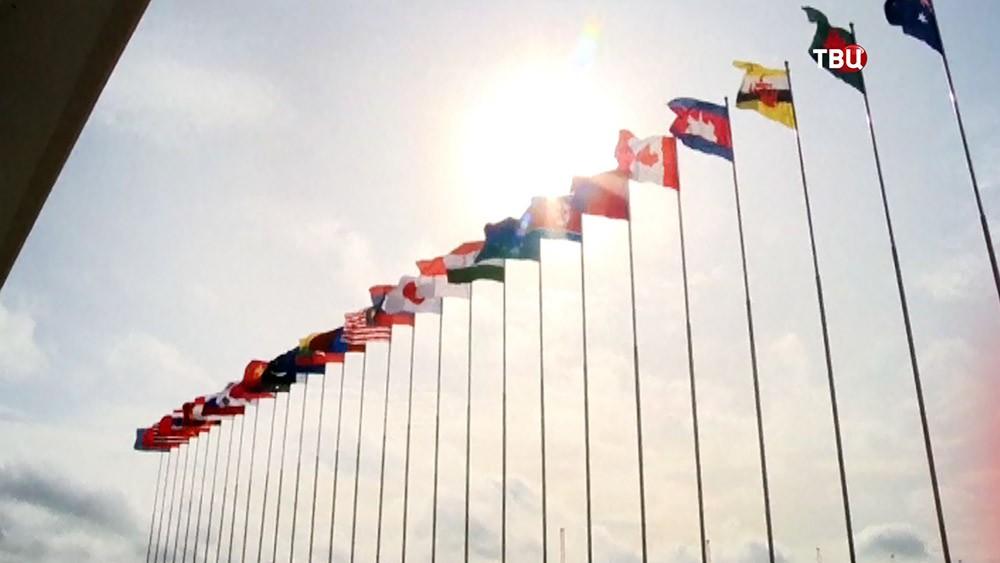 Флаги возле здания ООН
