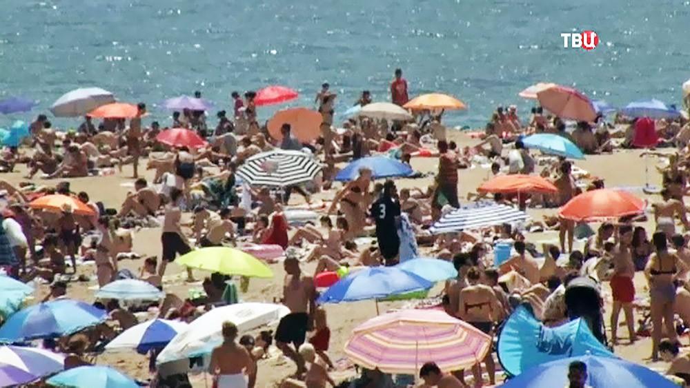 Отдыхающие на пляже в Испании