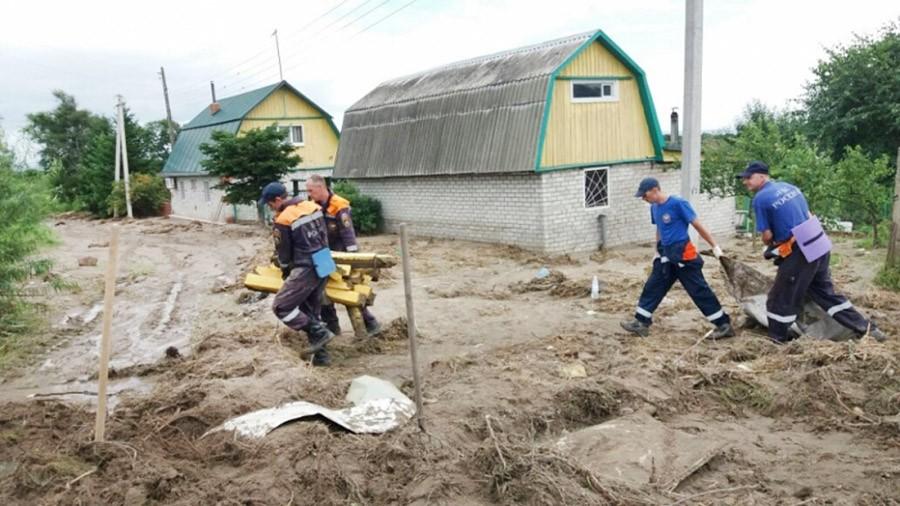 Спасатели МЧС устраняют последствия паводка