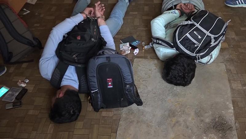 Сотрудники ФСБ задерживают подозреваемых в подготовке взрывов в Москве