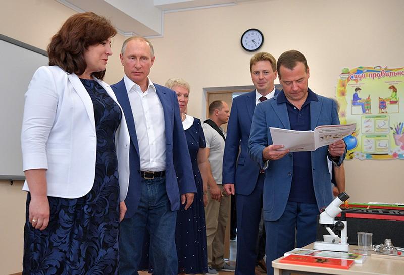 Владимир Путин и Дмитрий Медведев во время посещения новой школы в Севастополе