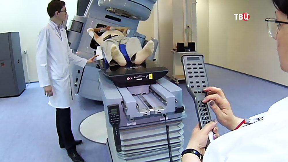 Врачи проводят обследование пациента