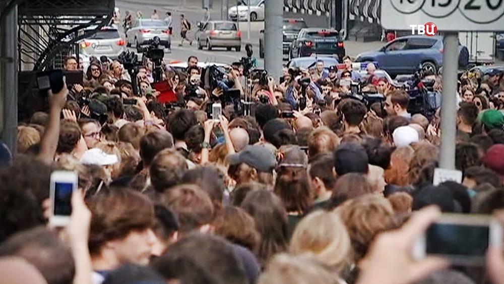 Люди, пришедшие к зданию суда поддержать режиссера Кирилла Серебренникова