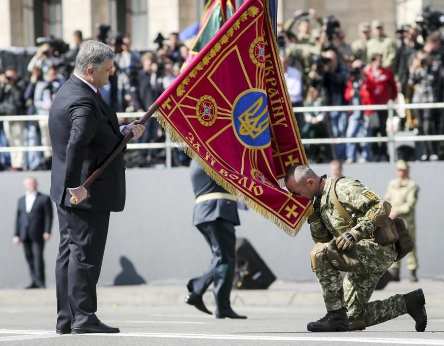 Президент Украины Пётр Порошенко принимает парад в Киеве