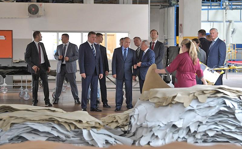 Владимир Путин проводит совещание о мерах по развитию лёгкой промышленности в Российской Федерации