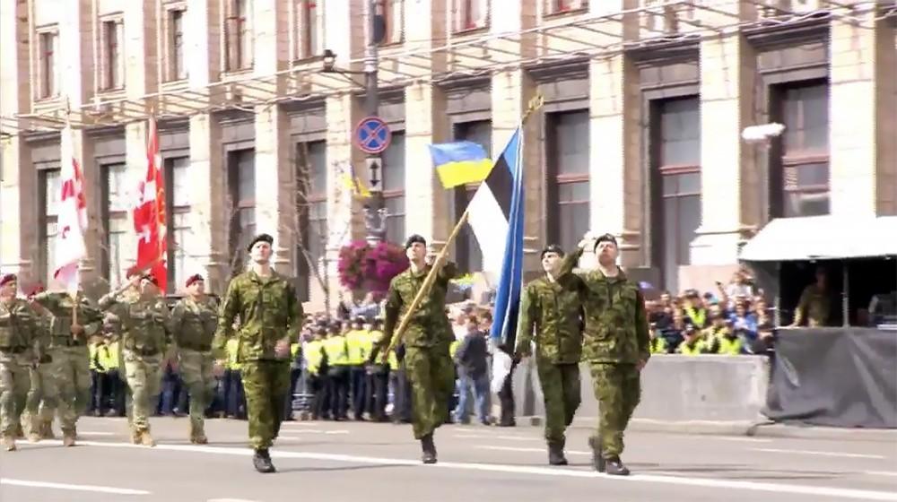 Военнослужащие армии Эстонии маршируют на параде в Киеве