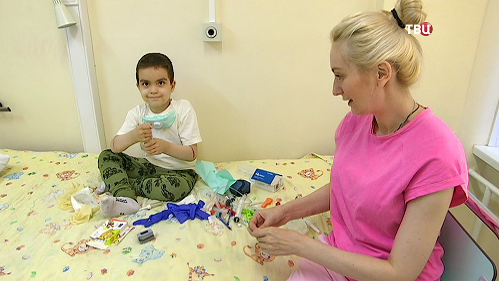 Илья Юдин с мамой в больнице