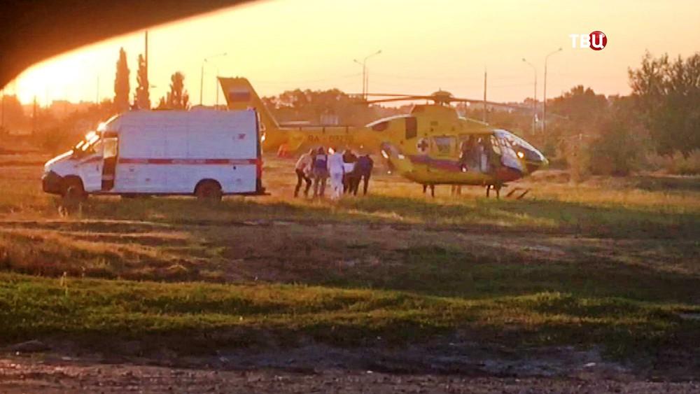 Медицинский вертолет на месте упавшего в море автобуса со строителями