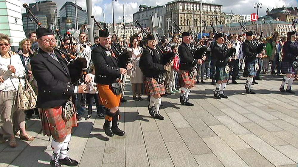 Военный оркестр Объединенной Европы играет на Белорусском вокзале