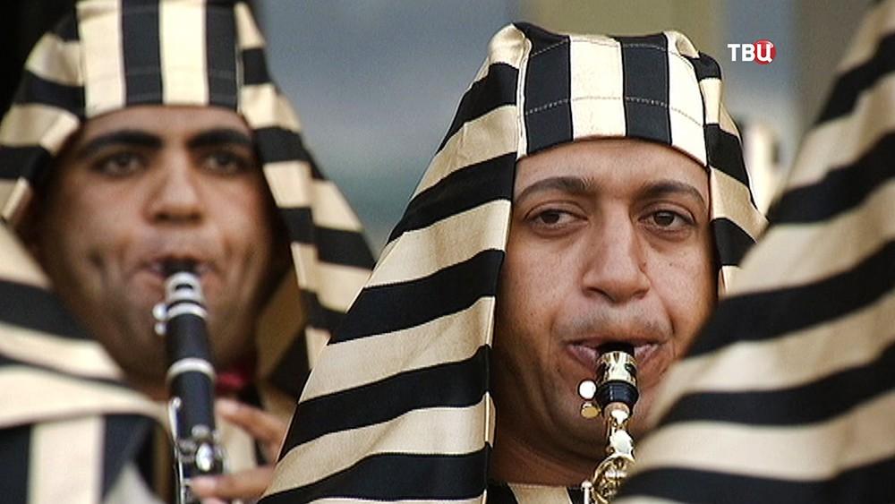 Военный оркестр из Египта играет у Павелецкого вокзала