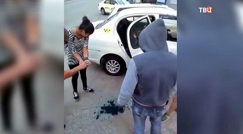 Таксист заставляет пассажиров умыться зеленкой