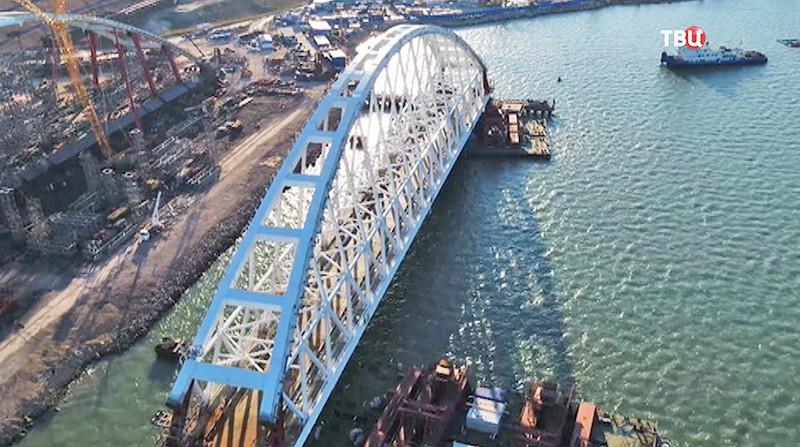 Строители устанавливают арку Крымского моста