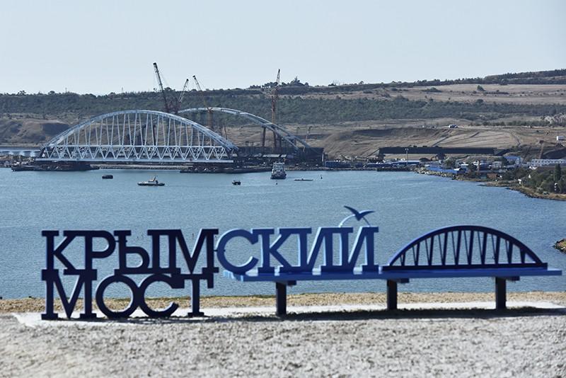 Вид на железнодорожную арку моста через Керченский пролив