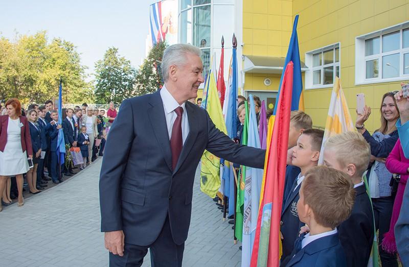 Сергей Собянин во время участия в праздничной линейке в День знаний в школе № 1409