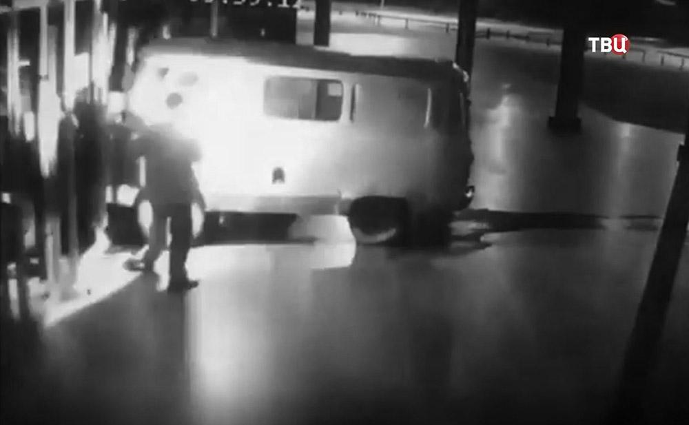 Протаранивший кинотеатр в Екатеринбурге водитель поджигает машину