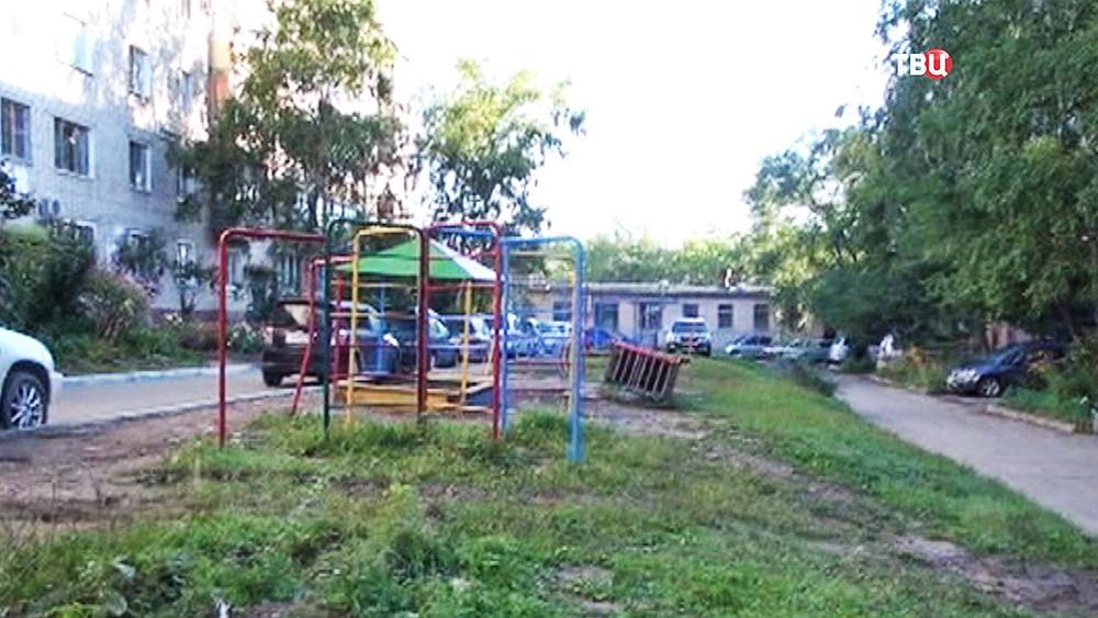 Место гибели ребенка на детской площадке в Хабаровске