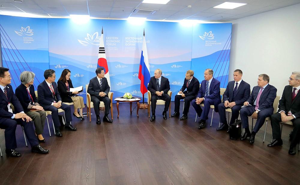 Президент России Владимир Путин и президент Республики Корея Мун Чже Ин
