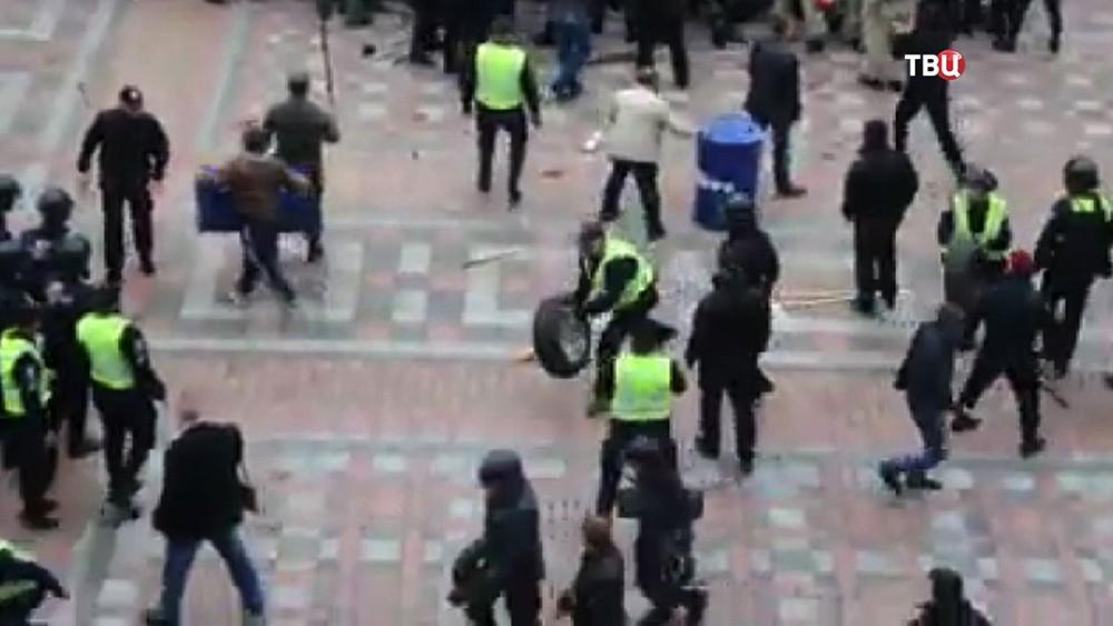 Полиция Украины разгоняет митинг